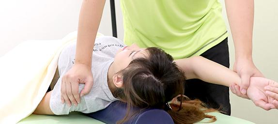 猫背の矯正をする施術