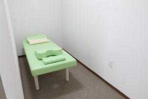 個室の施術ベッド
