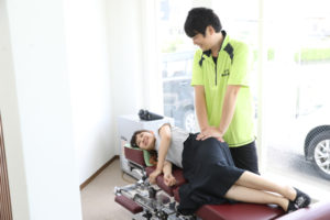 産後の骨盤矯正施術風景